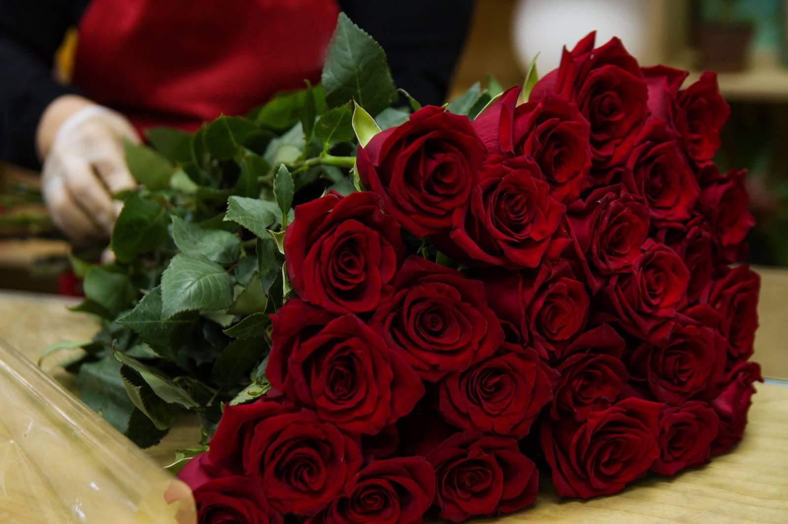 Fleuriste Pour Un Bouquet De Roses Rouges Pour La Saint